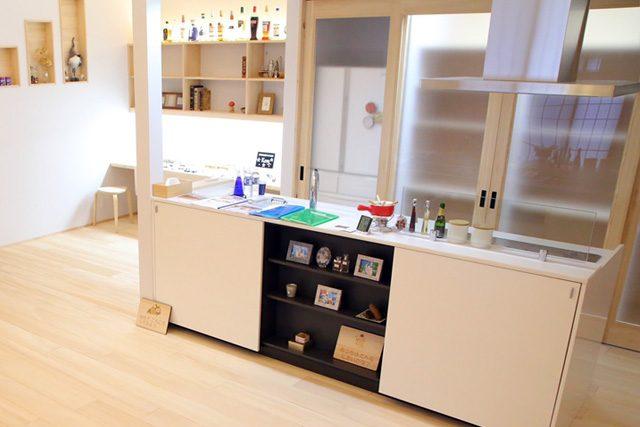 キッチン - もみの木を内装材から建具まで使用した事務所兼住宅モデル