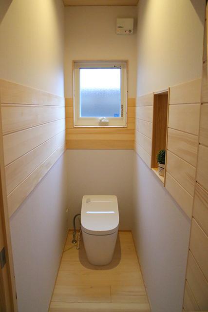 トイレ - もみの木を内装材から建具まで使用した事務所兼住宅モデル